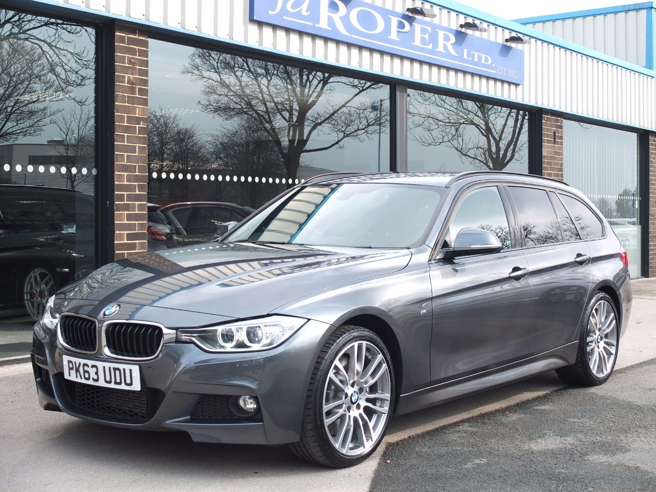 BMW 3 Series 3.0 330d xDrive M Sport Touring Auto +++Spec Estate Diesel Mineral Grey MetallicBMW 3 Series 3.0 330d xDrive M Sport Touring Auto +++Spec Estate Diesel Mineral Grey Metallic at fa Roper Ltd Bradford