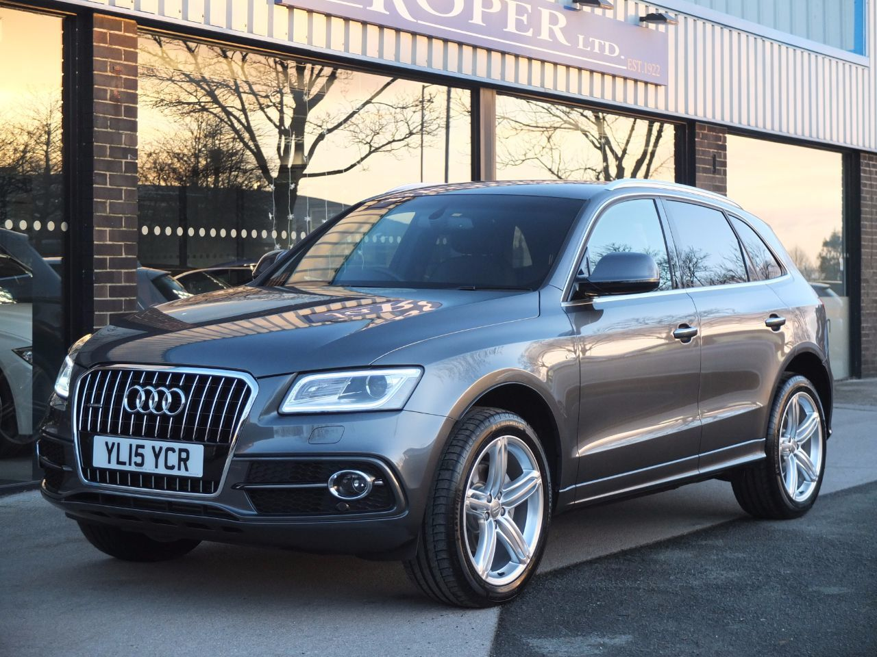 Audi Q5 2.0 TDI quattro S Line Plus S Tronic 177ps (Tech Pack) Estate Diesel Daytona Grey MetallicAudi Q5 2.0 TDI quattro S Line Plus S Tronic 177ps (Tech Pack) Estate Diesel Daytona Grey Metallic at fa Roper Ltd Bradford