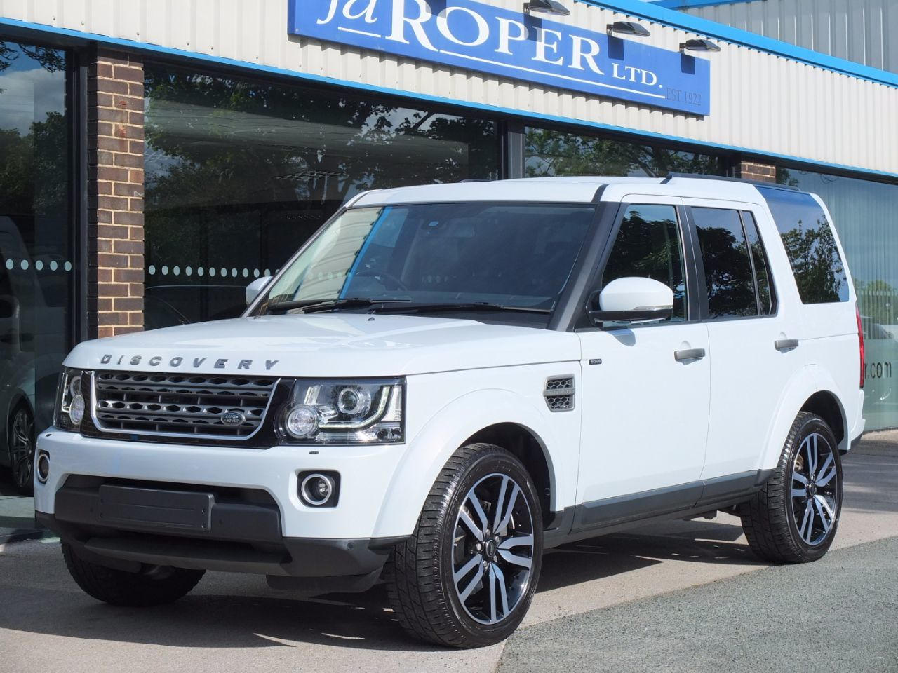 Land Rover Discovery 3.0 SDV6 SE Tech Auto Estate Diesel Yulong White MetallicLand Rover Discovery 3.0 SDV6 SE Tech Auto Estate Diesel Yulong White Metallic at fa Roper Ltd Bradford