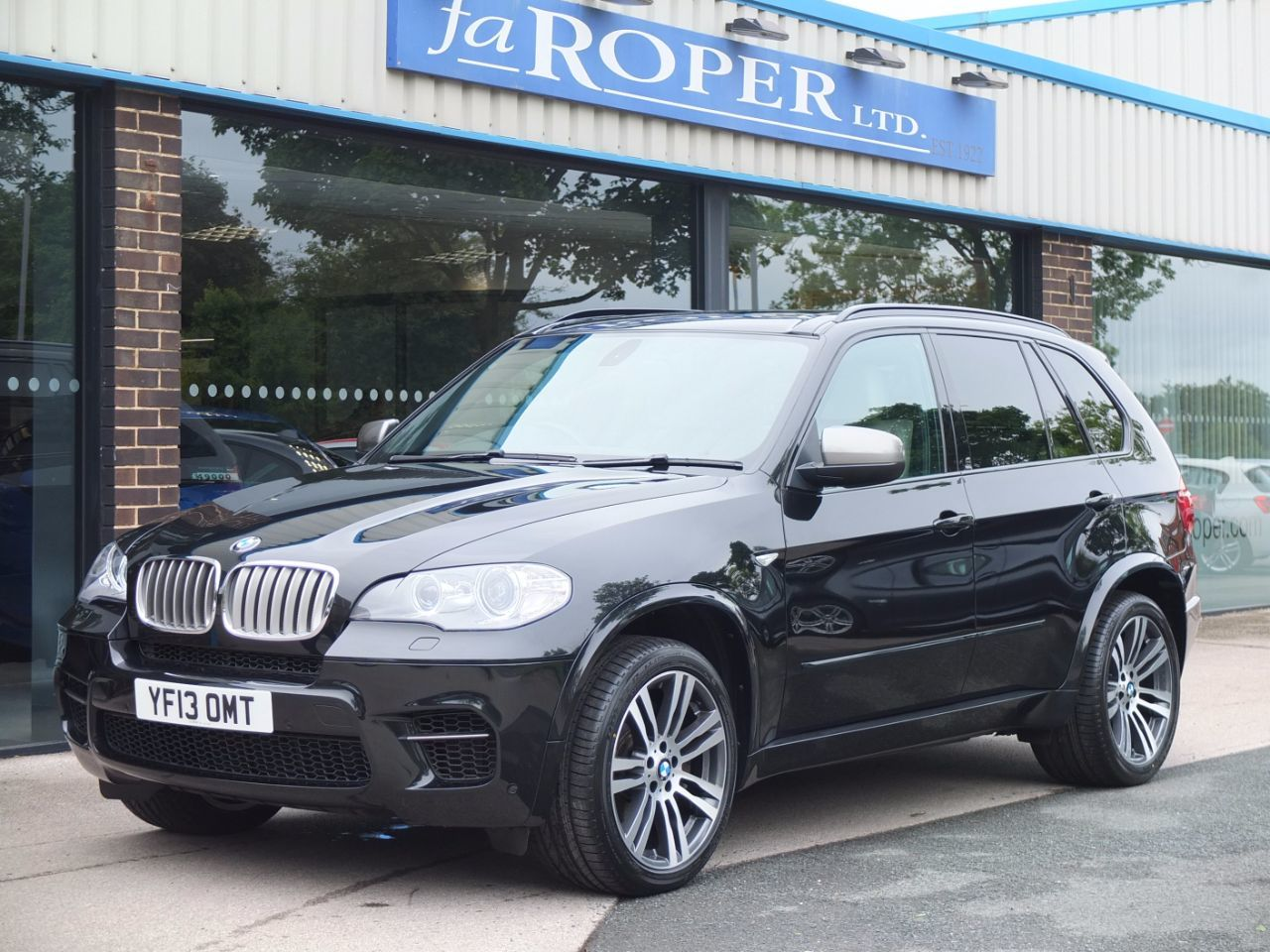 BMW X5 3.0 xDrive M50d M Performance Auto +++Spec Estate Diesel Black Sapphire MetallicBMW X5 3.0 xDrive M50d M Performance Auto +++Spec Estate Diesel Black Sapphire Metallic at fa Roper Ltd Bradford