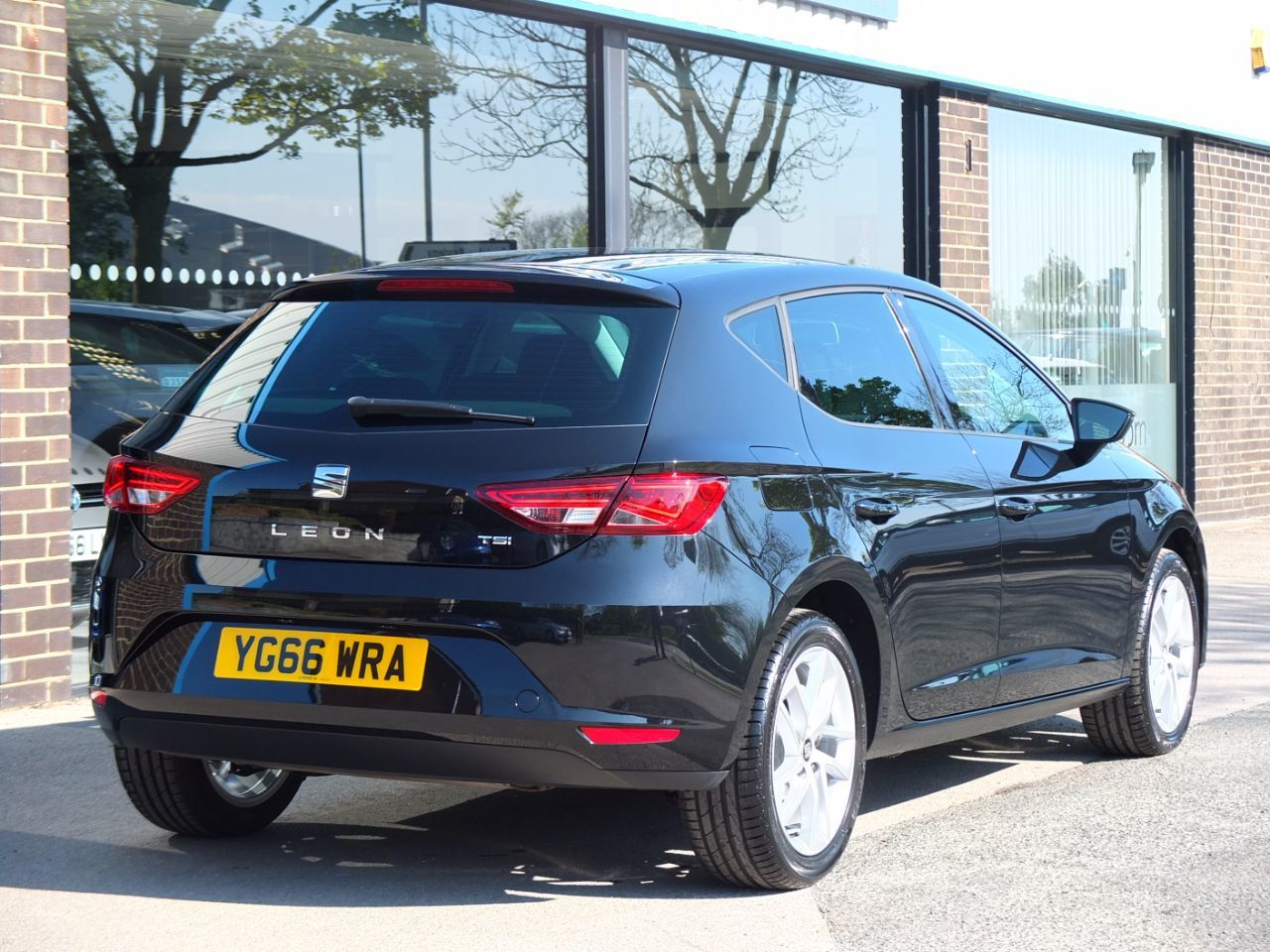 Seat Leon 1.2 TSI SE Dynamic Technology 5 door Hatchback Petrol Midnight Black Metallic