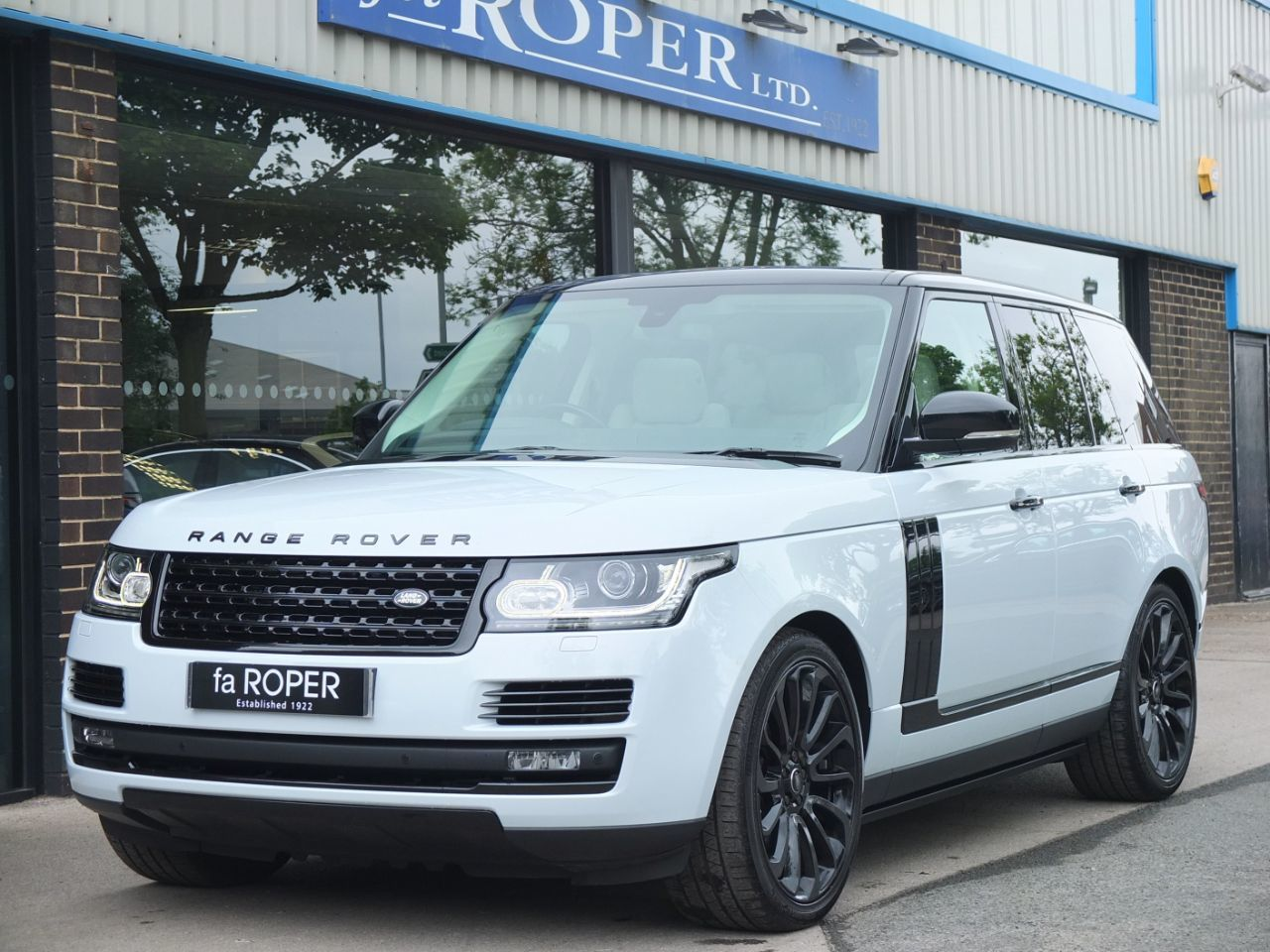 Land Rover Range Rover 3.0 TDV6 Vogue Auto Black Design Pack Estate Diesel Yulong White Metallic
