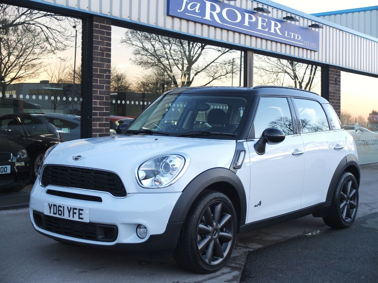 Mini Countryman 2.0 Cooper SD ALL4 Auto Chili Pack Hatchback Diesel Light WhiteMini Countryman 2.0 Cooper SD ALL4 Auto Chili Pack Hatchback Diesel Light White at fa Roper Ltd Bradford