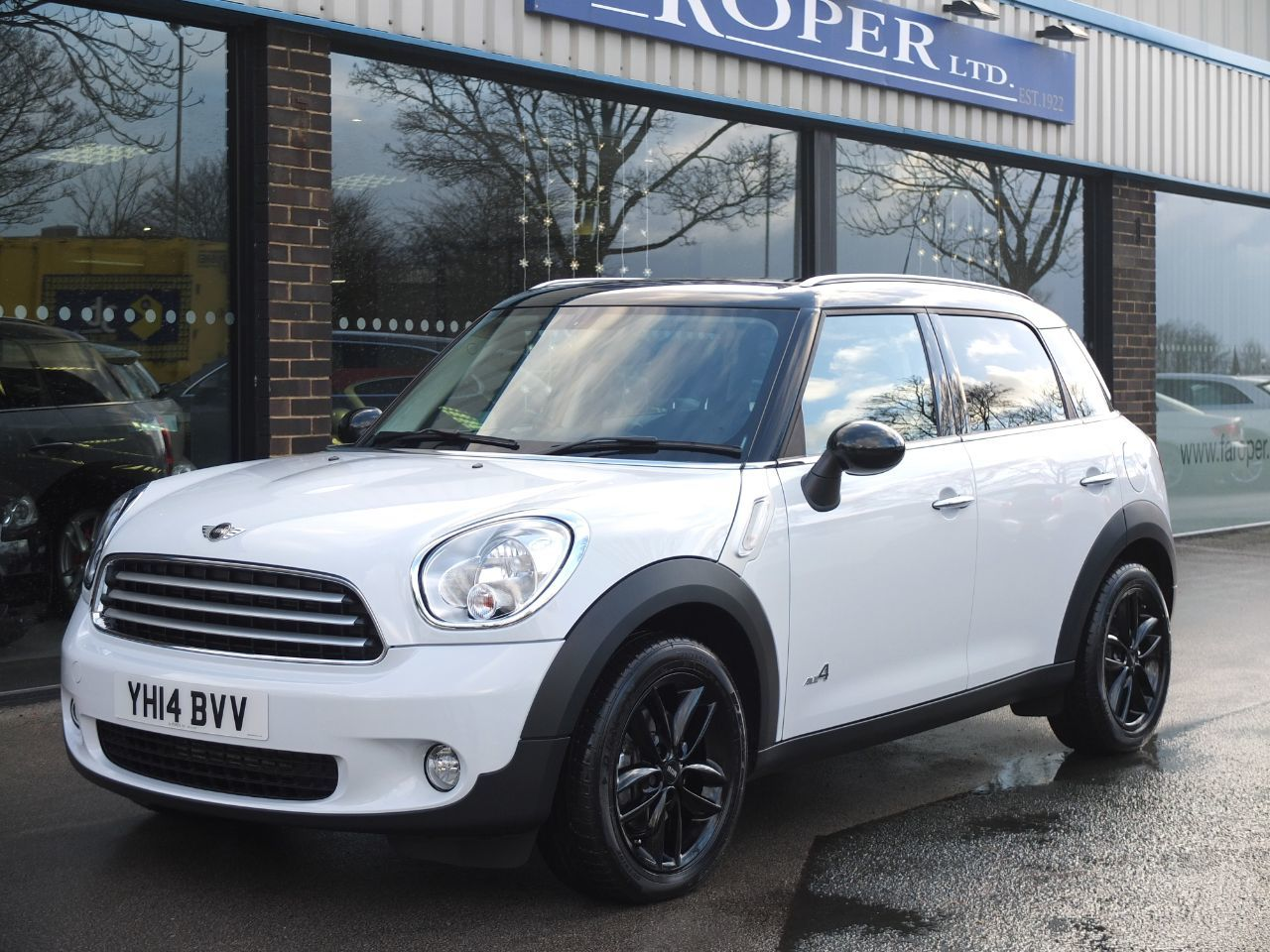 Mini Countryman 2.0 Cooper D ALL4 Auto (Chili Pack, Media, Pan Roof) Hatchback Diesel Light WhiteMini Countryman 2.0 Cooper D ALL4 Auto (Chili Pack, Media, Pan Roof) Hatchback Diesel Light White at fa Roper Ltd Bradford